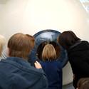 Besucher vor dem begehbaren Auge im Science Center