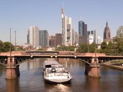 Mainufer in Frankfurt mit Skyline